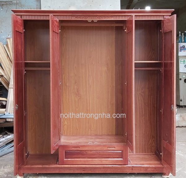 Bên trong tủ quần áo gỗ tự nhiên